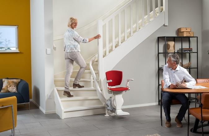 Cet escalier reste accessible car le monte-escalier est placé dans la courbe intérieure.
