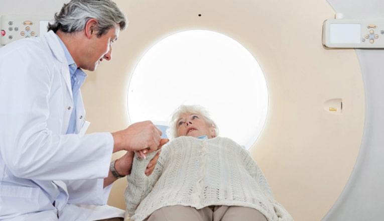À l'hôpital, les médecins font un scanner ou une IRM du cerveau pour connaître les effets de l'infarctus cérébral.