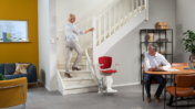 Grâce au rail de 60mm, l'Otolift Modul-Air peut facilement être installé sur la courbe intérieure de l'escalier.