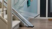 Si, en bas de l'escalier, il y a peu d'espace pour le monte-escalier, le Line peut être pourvu d'un rail escamotable