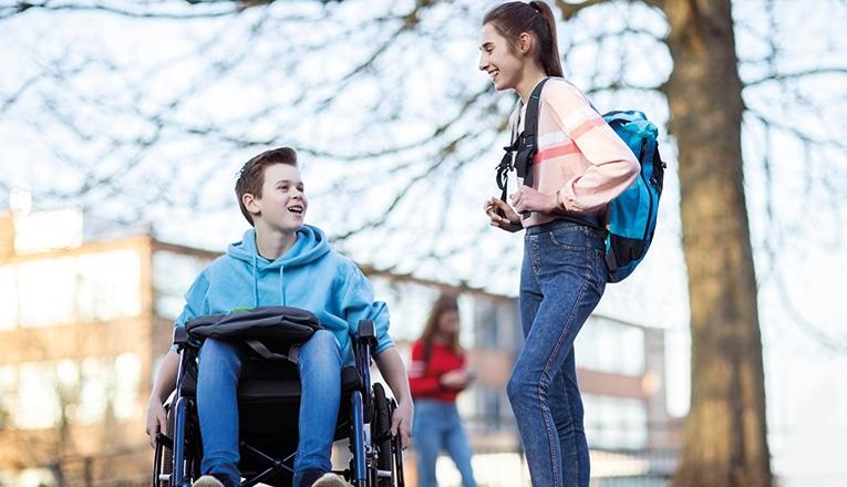 Garçon a rencontré duchenne en fauteuil roulant