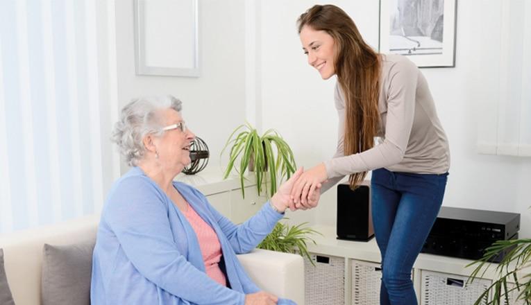 Des bénévoles aident les personnes âgées solitaires